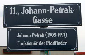 Straßenschild der Johann-Petrak-Gasse im 11. Wiener Gemeindebezirk
